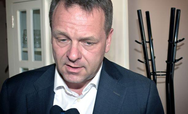 """Helsingin pormestari Jan Vapaavuori (kok) toivoo, että """"historiallisen pöyhkeä"""" sote- ja maakuntauudistus kaatuu."""