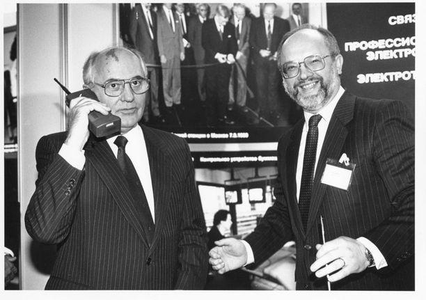 Ikoninen kuva, joka levisi ympäri maailmaa. Neuvostoliiton johtaja Mihail Gorbatshov ja Nokian vientijohtaja Stefan Widomski Kalastajatorpalla 26. lokakuuta 1989.