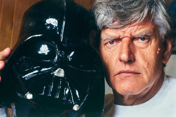 David Prowse ja ikoninen Star Wars -maski, jota hän piti päässään Star Wars -elokuvissa.