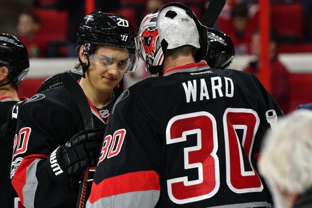 Kolme maalia ja yhden maalisyötön saalistanut Sebastian Aho sekä yhtä laukausta lukuun ottamatta kaiken torjunut Cam Ward olivat Carolina Hurricanesin sankareita Flyers-voitossa.