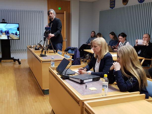 Johanna Vehkoo (kuvassa etualalla) sai oikeudessa tuomion kunnianloukkauksesta.