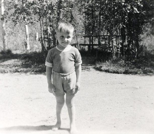 – Minulla on lapsuudestani juuri tällaisia lämpimiä, valoisia muistoja. Monien lasten piti siihen aikaan tehdä kesällä kotona koko ajan töitä, mutta meillä ei ollut niin, saimme olla vapaina, leikkiä ja juosta ulkona. Tykkäsin lapsena ja tykkään yhä lämmöstä ja valosta, ne antavat ihmisen psyykelle virtaa. Siksi viihdyn Floridassakin.