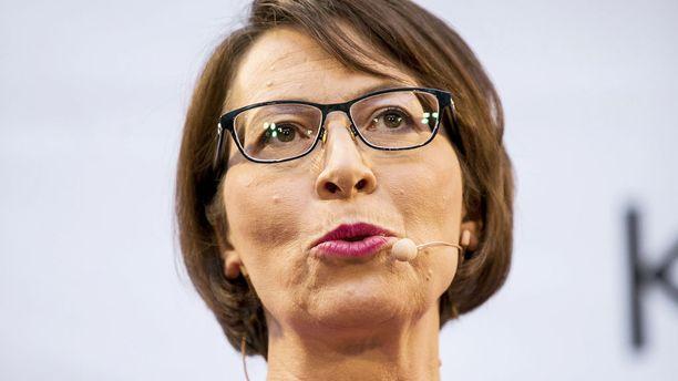 Kristillisdemokraattien puheenjohtaja Sari Essayah puolustaa homokommenteillaan kohun aiheuttanutta Pori Jazzin uutta toimitusjohtajaa.