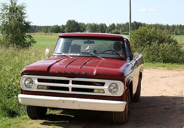 PUNAINEN KULKIJA Dodge Sweptline special 1971