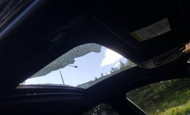 Auton kattoikkunan hajoaminen pirstaleiksi säikäytti perheen pahan kerran.