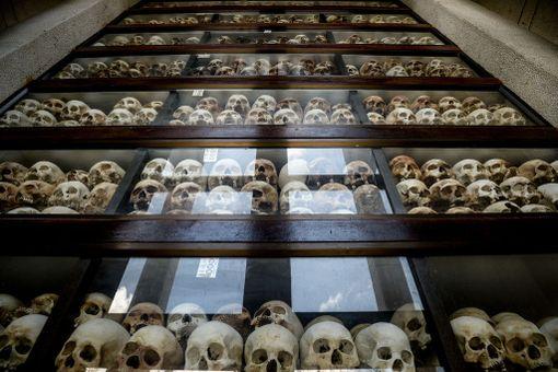 Yli 8 000 uhrin pääkallot on kerätty muistokappeliin. Kallojen murtumajäljistä on myöhemmin pystytty päättelemään punakhmerien teloituksissa käyttämiä työvälineitä.