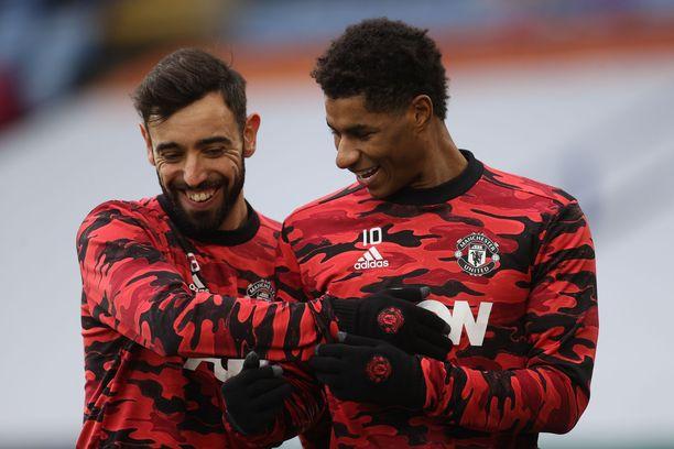 Manchester Unitedin Bruno Fernandes (vas.) ja Marcus Rashford hyökkäävät hallitsevan mestarin kimppuun.