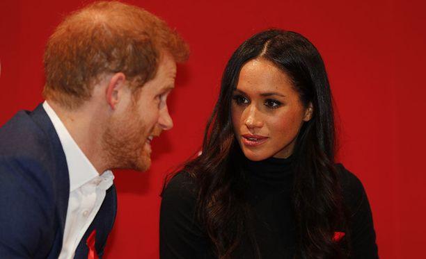 Prinssi Harry ja Meghan Markle alkoivat seurustella kesällä 2016. Marraskuussa 2017 prinssi Harry polvistui ja pyysi Marklea vaimokseen.