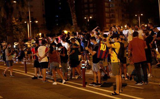 """Barcelonan fanit vaativat puheenjohtajaa eroamaan, Messin lähtöhalut saivat someen virtaamaan kuvia ja videoita – """"En voi edelleenkään uskoa"""""""