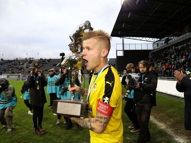 Petteri Pennanen pääsi viime kauden päätteeksi nostelemaan KuPSin kapteenina mestaruuspokaalia.