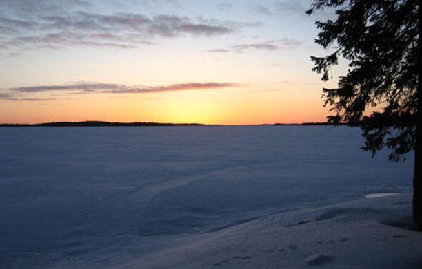 Auringonlasku Muojärvellä Kuusamossa.