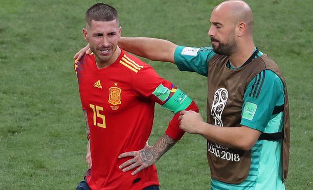 Pepe Reina (vas.) lohdutti itkuista Ramosta.