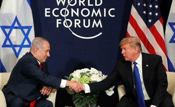Palestiinalaiset eivät saa avustuksiaan ennen kuin istuvat alas ja neuvottelevat rauhasta, Trump julisti tavatessaan Israelin pääministerin Benjamin Netanjahun.