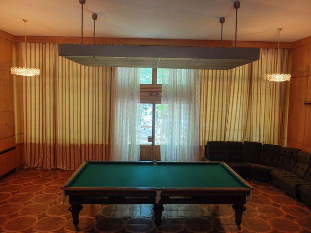Loma-asunnon pelihuoneesta löytyy biljardipöytä.