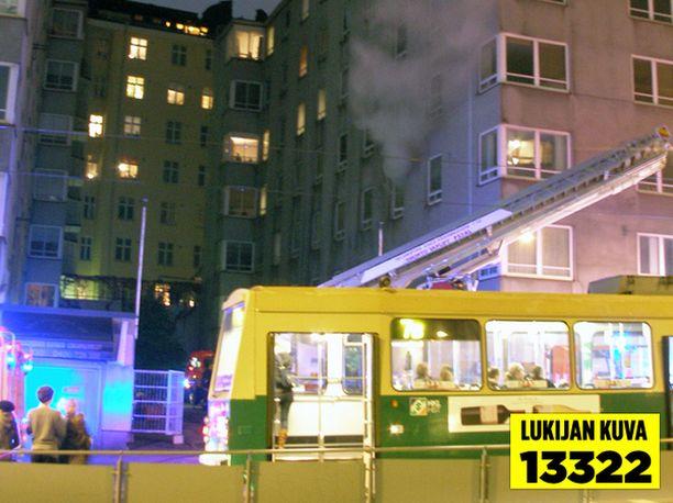 Palavan asunnon ikkunasta nousi savua Helsingin Kalliossa.