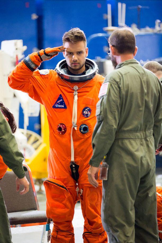Bändin jäsenet pukeutuivat aitohin astronauttien pukuihin.