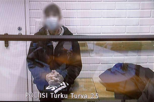 Törkeistä seksuaalirikoksista epäilty mies oli toukokuussa vangitsemisoikeudenkäynnissään videoyhteydellä poliisivankilasta.
