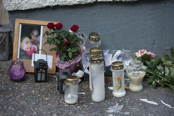 Jimin kuolinpaikalle on tuotu kynttilöitä.