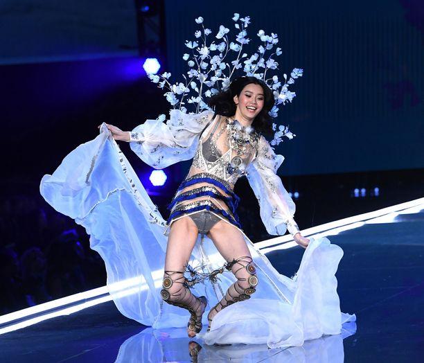 Ming kaatui kesken näytöksen, esityksessä oli 18 000 ihmistä.