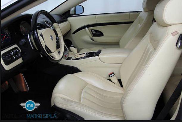 Valkoisessa autossa on valkoinen verhoilu.