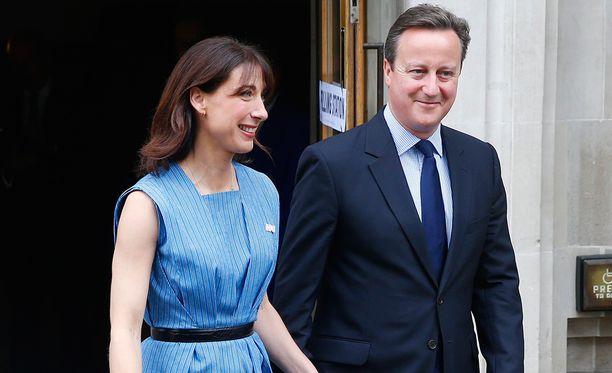 David Cameron (oik.) ja vaimo Samantha torstaina äänien jättämisen jälkeen.