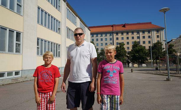 Marko Matilaisen pojat käyvät molemmat Taivallahden koulua. Viime vuoden puolella auto töytäisi nyt 11-vuotasta Attea Mechelininkadulla.