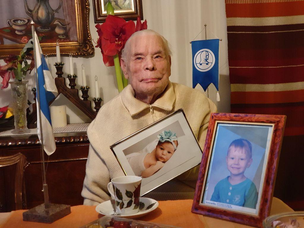 Matti Lehtinen pitää suvun nuorimman, kahdeksan kuukautta vanhan Svean, kuvaa kädessään. Lehtisen perhe viettää tulevaa joulua yhdessä.