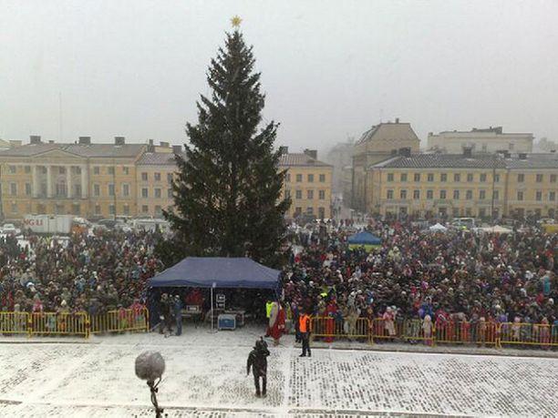 Helsingissä Aleksin joulukadun avajaisia seurattiin lumipyryssä.