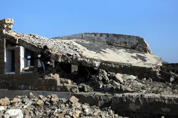 Yläkoulun oppilaat poistuivat maanantaina koulurakennuksesta sen seinässä olevasta reiästä, joka oli syntynyt ilmaiskussa Ibbin provinssissa. Maanantai oli kouluvuoden ensimmäinen päivä.