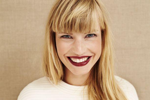 Huulipunan sävy voi joko korostaa hampaiden keltaisuutta tai häivyttää sitä.