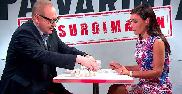 Jari Tervo esitteli Susanne Päivärinnalle, miten kananmunat järjestellään.