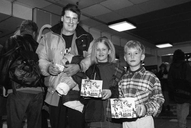 Isukki lastensa Saanan ja Santerin kanssa elokuvissa 1996. Lasten äiti on Pauliina Lunna.