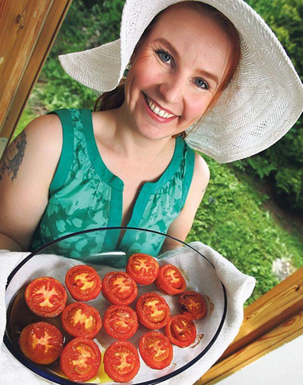 – Käytän itse mieluiten luomutomaatteja, mutta tärkeintä on, että paahdettavat tomaatit ovat kypsiä. Ne saavat olla jopa vähän ylikypsiä, Marianne Kiskola sanoo.
