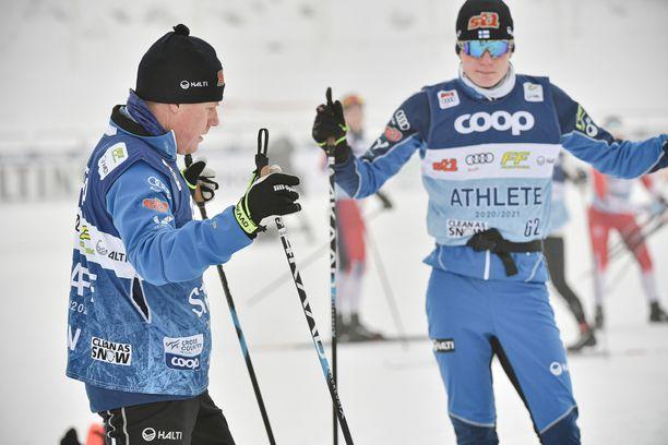 Glenn Lindholm (vas.) ei jatka naisten hiihtomaajoukkueen valmentajana. Viime kaudella Lahden maailmancupissa hän keskusteli poikansa Remi Lindholmin kanssa.