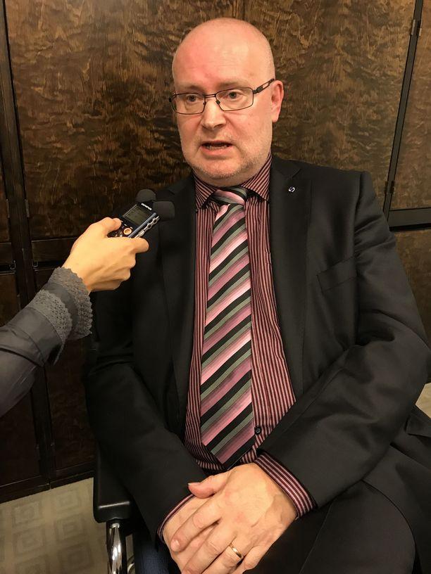 Työministeri Jari Lindström (sin) myöntää olleensa kovilla kiistellyn uudistuksen ajamisessa.