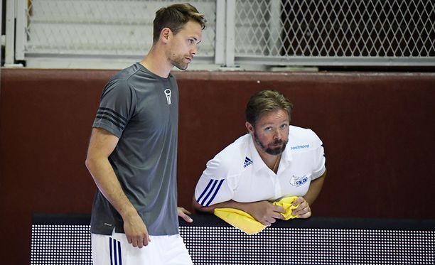 Marko Yrjövuori toimii Suomen koripallomaajoukkueessa medical trainerina. Kuvassa myös tähtitakamies Petteri Koponen.