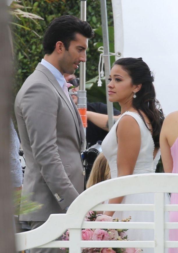 Kuvassa Jane the Virgin -sarjan kohtaus, jossa Gina Rodriguez menee naimisiin näyttelijä Justin Baldonin kanssa.