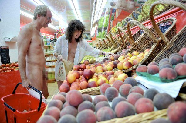 Ranskalaisessa Cap d'Adgen nudistikylässä ostoksetkin tehdään alasti.