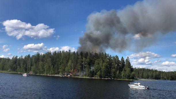 Korkealle noussut savupatsas keräsi paikalle veneitä, kertoo palon silminnäkijä Petteri Lepistö.