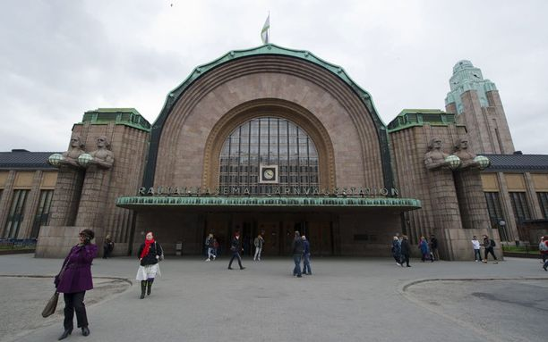 Eliel Saarisen sunnittelema Helsingin Rautatieasema valmistui kokonaan vuonna 1919. Kivimiehet, eli Lyhdynkantajat-nimen saaneet patsaat suunnitteli Emil Wikström.