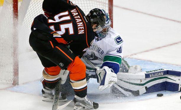 Vancouverin Ryan Miller pysäyttää Sami Vatasen maalintekoyrityksen.