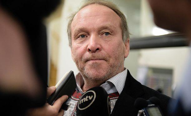 Teuvo Hakkarainen vihjaa, että eduskunnan kansliatoimikunta toimii pärstäkertoimen perusteella.