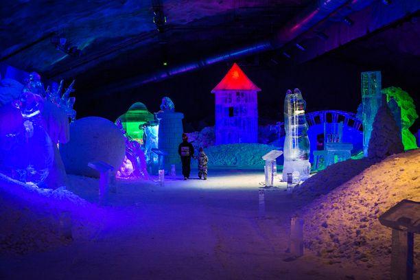 Jääveistosnäyttely sijaitsee maan alla jättimäisellä hiihtoareenalla.