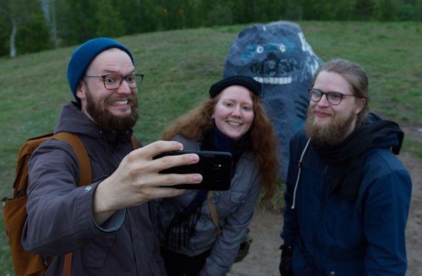Mörkö pääsi jo selfieihin. Santtu, Mirja ja Tuomas tulivat torijuhlista Mörkömäelle.