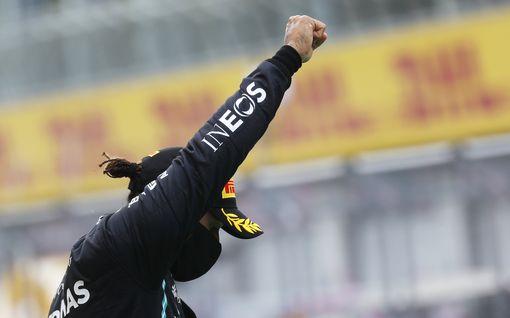 """F1-legendat kritisoivat Lewis Hamiltonia – 80-vuotias maailmanmestari murisee: """"Kunpa politiikkaa ei sotkettaisi urheiluun"""""""