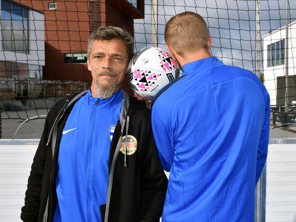 Marko Salmi, 53, (vas.) ja Jami, 28, pelaavat viikonloppuna asunnottomien jalkapalloilun PM-turnauksessa Tampereella.