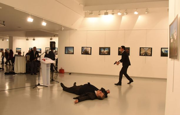 Mevlüt Mert Altintaş ampui Venäjän suurlähettilästä Andrei Karlovia takaapäin 11 kertaa.