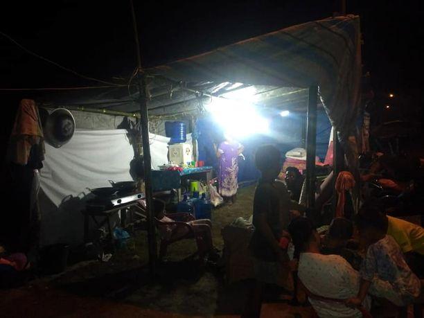 Heti tsunamin jälkeen ihmiset kokoontuivat väliaikaissuojiin.