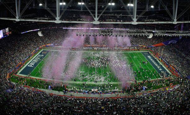 Kun voittaja selvisi, räjäyttivät ilotulitteet stadionille juhlatunnelman.