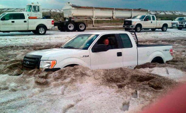 Raekuuro suisti autoja tieltä ja ajoi liikenteen kaaokseen.